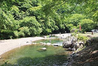 あしがくぼ渓谷国際釣場河岸は砂利で歩き易写真