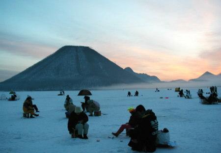 榛名湖・ふじや旅館氷上穴釣り写真