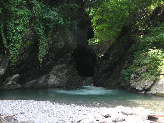 日原渓流釣り場透明感ある滝写真