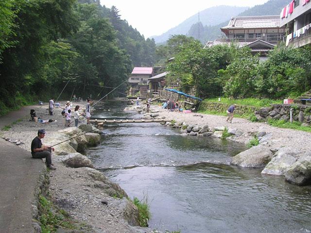 大丹波川国際虹マス釣り場両岸から釣りが可能写真
