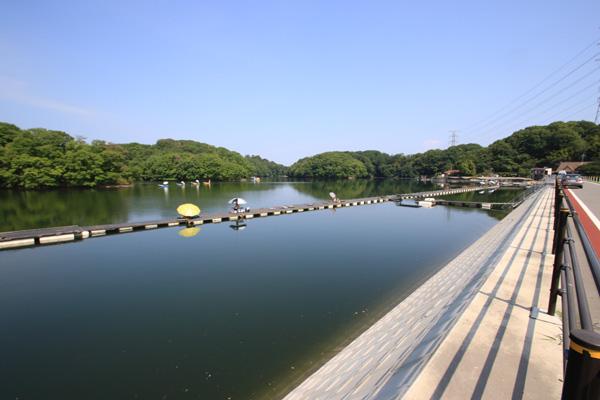 三名湖・光月南側より桟橋を望む写真