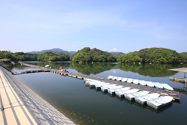 三名湖・光月北側より桟橋を望む写真