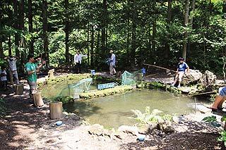 辻野養魚場ヤマメ釣り池写真